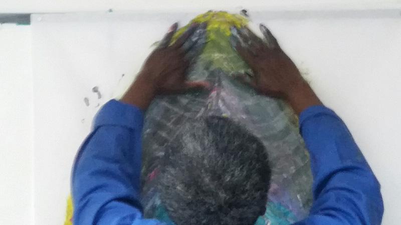 séance d'art thérapie à Versailles: peindre directement avec les deux mains engage tout le corps. Cabinet de Cécile Orsoni art-thérapeute et psychanalyste